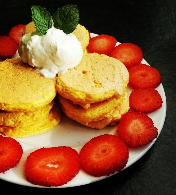Chocolate Muffin Blog: Kokosowe pancakes z truskawkami i serkiem homogenizowanym