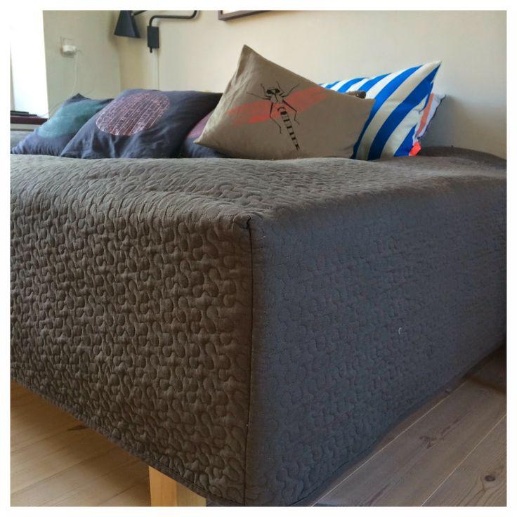 Faconsyet sengetæppe som bliver hvor det skal.  Fra My:minMy