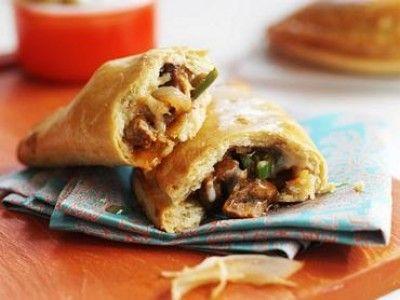 Quorn empanadas is een lekker recept en bevat de volgende ingrediënten: voor 8 empanadas:, Voor het deeg, 450g bloem, 2 theelepels bakpoeder, ½ theelepel zout, 60g boter, in blokjes, ½ blokje groentebouillon, 200ml gekoeld water, Voor de vulling, 280g Quorn Italiaanse stukjes, 1 eetlepel olijfolie, ½ ajuin, in ringen gesneden, ½ groene paprika, fijn gesneden, ½ blokje groentebouillon, 2 teentjes knoflook, fijngehakt, 1 theelepel paprikapoeder, ½ theelepel chilipoeder, 3 eetlepels rode wijn…
