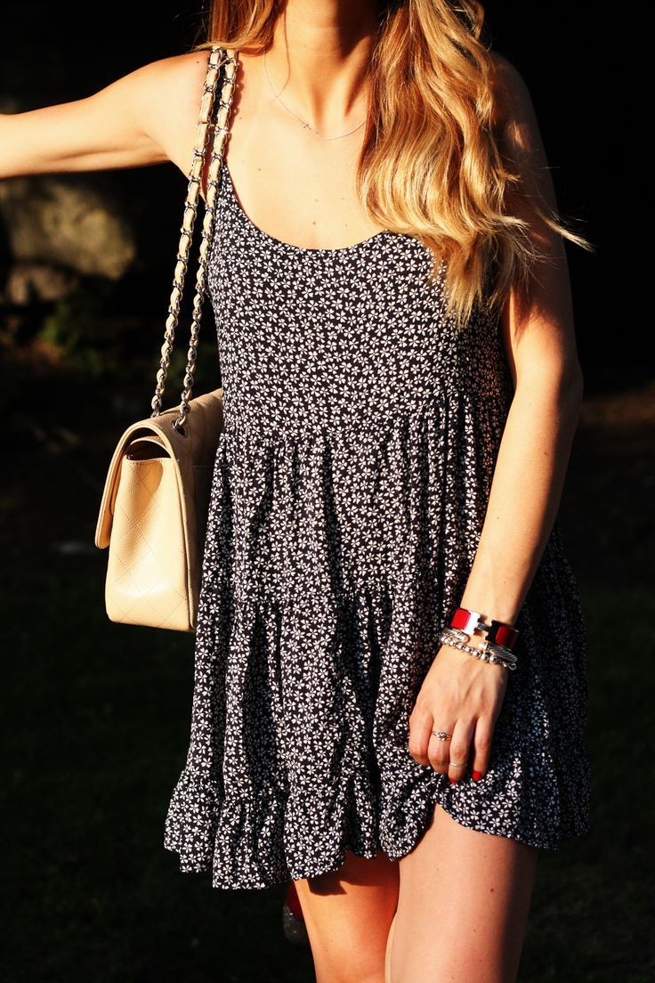 Street style | Summer floral loose boho dress with cream handbag