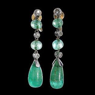 1438. Örhängen 1 par vitguld smaragder