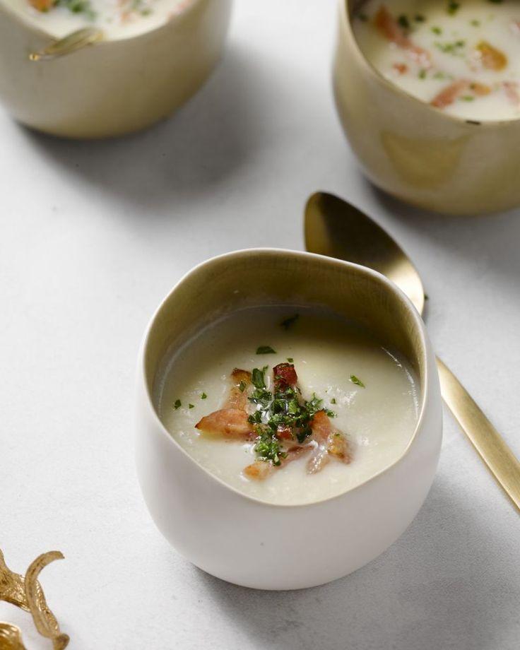Dit soepje is een prachtige verrine om tijdens de feestdagen te serveren. De krokante spekblokjes passen perfect bij de heerlijk romige bloemkoolcrème.