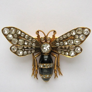 A LATE VICTORIAN GARNET AND DIAMOND BEE BROOCH: