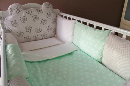 MAMINY ZAPISKY Комплект в кроватку «Teddy mint»  — 5800р. ------ Дизайнерский комплект, мягкий и милый, выполнен в свежих пастельных тонах, подушки для изголовья выполнены в форме мишки. Необычайно мягкие ткани, пышные подушки - все, чтобы Вашей крохе сладко спалось и легко просыпалось!
