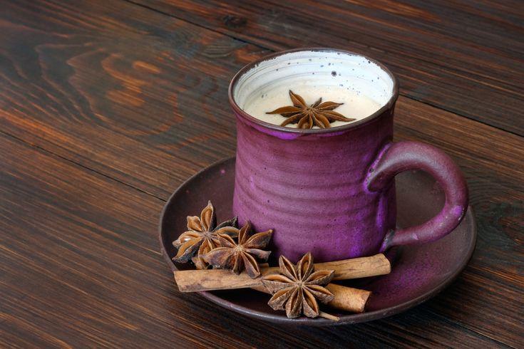 Heute haben wir ein passendes Rezept für einen gemütlichen Abend auf der Couch - eine Milch wie aus 1001 Nacht! Gewürzt mit Zimt und Kardamon verbreitet dieses Milchgetränk winterlich-exotisches Flair 😋 Neugierig geworden? Dann schaut vorbei! #milchtrinker #rezept #winterzauber