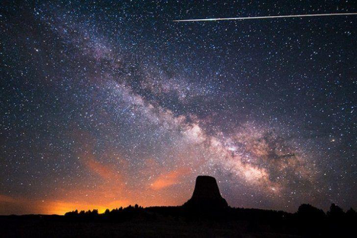 Los expertos advierten de que la velocidad a la que caen estos meteoros es muy alta y de hay que estar atentos para poder apreciar el fenómeno.</p> <p>Dos veces al año la Tierra choca con un anillo de 'escombros' que son meteoros desgajados del cometa Halley, informa 'The New York Times'. Dichos restos del cometa denomindos Eta Acuaridas se produjeron hace ap...