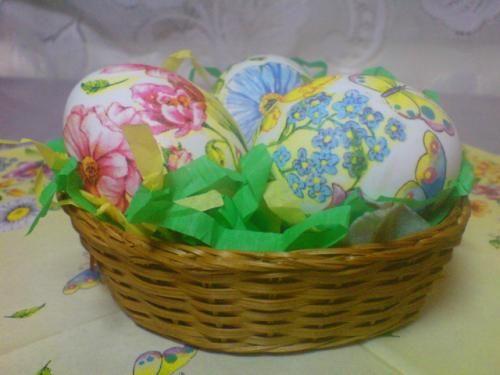 Для декупажа яиц нам понадобится:  Яйцо (вареное или сырое) Цыганская игла или шило Салфетка с узором Ножницы острые Клей ПВА Кисточка для рисования Лента для украшения Держатель для елочной игрушки …