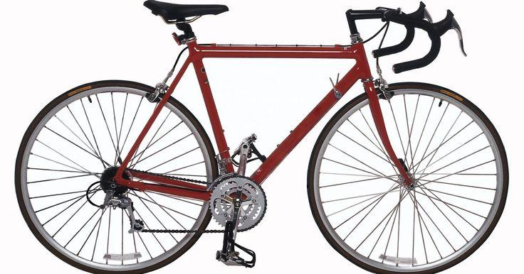 Cómo pintar una bicicleta de aluminio. La preparación de la superficie es un paso vital cuando pintas una bicicleta de aluminio. Remueve los neumáticos de la bicicleta, límpiala y pon cinta en todos los lugares que no quieres que se pinten. Pinta la bicicleta con un producto diseñado para las superficies de aluminio para asegurarte de que la pintura se adhiera. Sigue con una buena ...