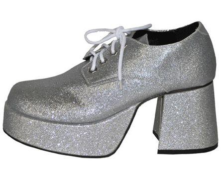Glitter & Glamour themafeest: Zilveren glitter plateau schoenen. Deze zilveren schoenen hebben glitters, echte plateau zolen van 5 cm en grote blokhakken van 8 cm. Met de zilveren glitter plateau schoenen gaat u helemaal terug naar de disco tijd in de jaren 80!