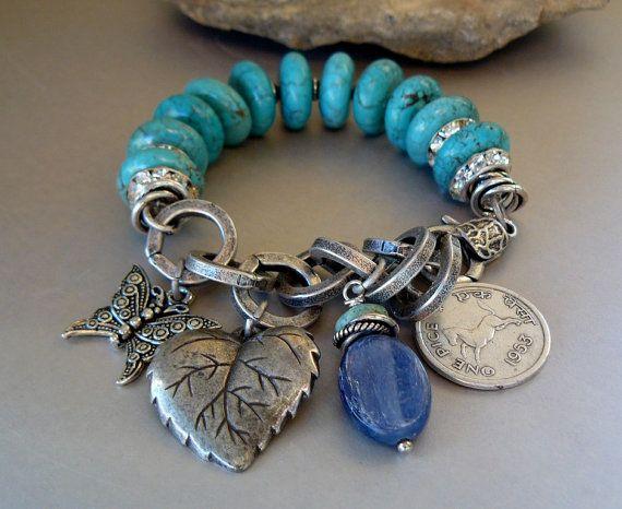 Esta pieza está hecha con piedras preciosas de color azul-verde magnesita de océano 16mm, separadores de Strass y plata nudos de amor. Eslabones de la cadena de plata enlazados ronda medir 15 milímetros a través. Encantos que adornan la cadena. Puede caber una muñeca de 6 a 7 pulgadas a la perfección. Disfruta de... Pedazo OOAK No puede ser duplicado