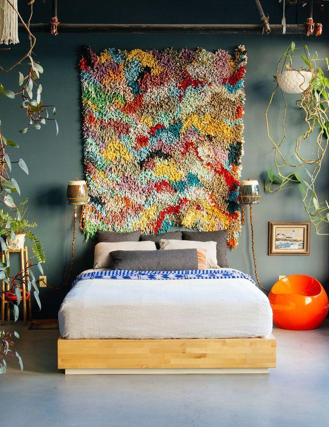 Une chambre qui combine différents styles déco.