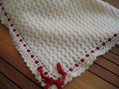 La prima è fatta all'uncinetto, lavorata con una soffice lana bianca,