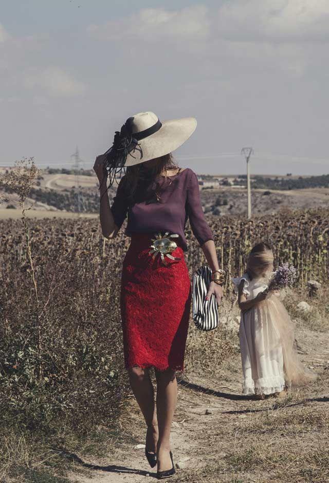 Una Boda Castellana. Look de Helena Maraque con broche de Grey by Carmen Ruiz, brazaletes de Barcena, sombrero de Conchita y zapatos de Lamarca © Le Mariage Creatif.