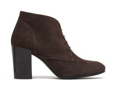 Esta temporada usa unos #zapatos tipo oxford de tacón #Prada con medias. Este tendencia viene con todo.