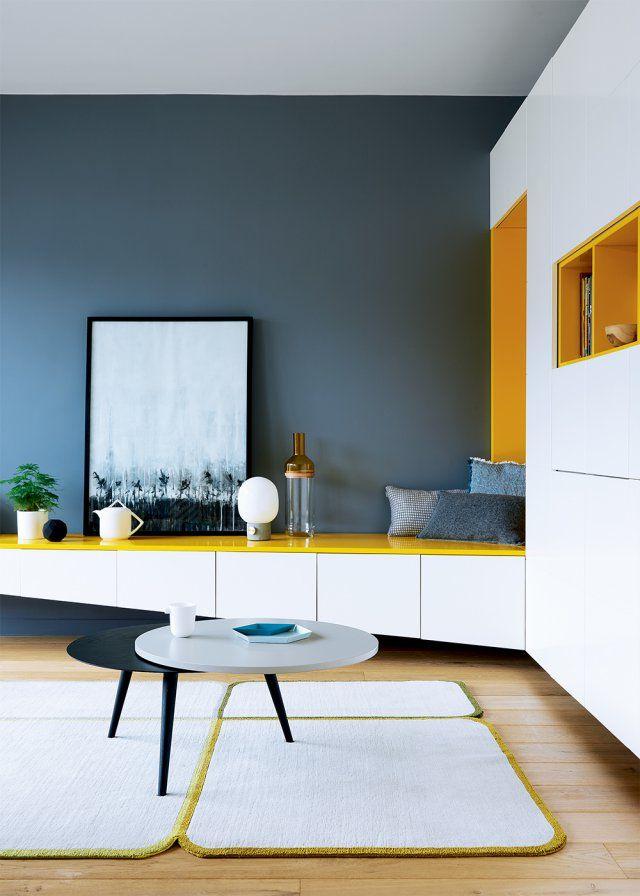 Un module de rangement blanc et jaune dans le salon