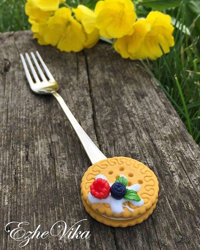 Печенье на десертной вилочке. По вопросам заказа пишите в Директ , viber 89202488882, whats app 89997509296. #полимернаяглина #вкусныеложки #ложканазаказ #столовыеприборы #handmade #pilymerclay #липецк #ezhevika_lyu