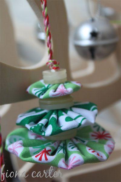 Pom-pom tree decsYoyo Christmas, Fabrics Yoyo, Christmas Trees Decor, Fabrics Yo Yo, Christmas Ornaments, Christmas Ideas, Christmas Trees Ornaments, Christmas Tree Ornaments, Buttons Christmas