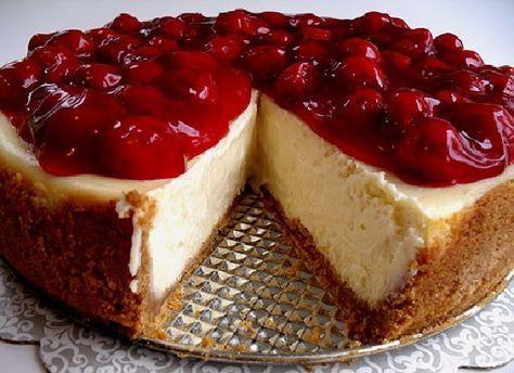 Cheesecake - INGREDIENTES PARA A MASSA: 160g de biscoito maisena moído, 80g de manteiga derretida, 1/2 colher (chá) de canela = PARA O RECHEIO: 690g de cream cheese, 180g de açúcar, 1 colher de sopa de essência de baunilha, 1 colher de sopa de suco de limão, 3 ovos = PARA A CALDA: 300g de frutas vermelhas congeladas, 200g de açúcar, Suco de um limão