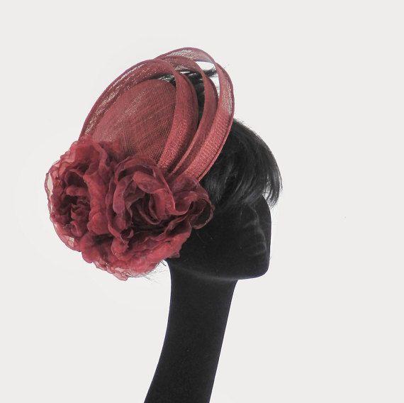 """""""Simplicity is the keynote of all true elegance."""" Coco Chanel      Bordeau rode sisal hoed met handgemaakte bloemen op kam.  Een dopje als basis met daaromheen drie ringen met gerolde randen.  Ik maak alles zelf dus deze hoed kan in élke gewenste kleur of kleur combinatie.  De broche zit aan een magneet dus Uw kleding blijft onbeschadigd.      ik heb een showroom met vele vele modellen op voorraad prijzen beginnen vanaf 35,00 euro voor een eenvoudige fascinator  (ook exact op kleur gemaakt)…"""