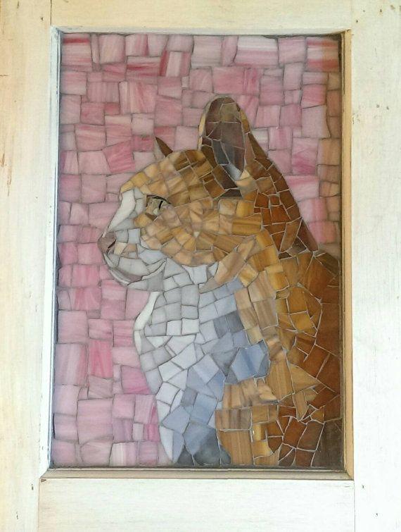 Este pedazo de monumento fue creado en una ventana reciclada 12 * 17. Es una mano cortada y vidrieras mosaico de querido amigo de un cliente Toby la pieza. Este precioso gato de jengibre es un listo para colgar, firmado original.  Para pedir tu propio retrato de mosaico, comenzar una conversación conmigo para determinar el estilo y el tamaño de la pieza deseada.