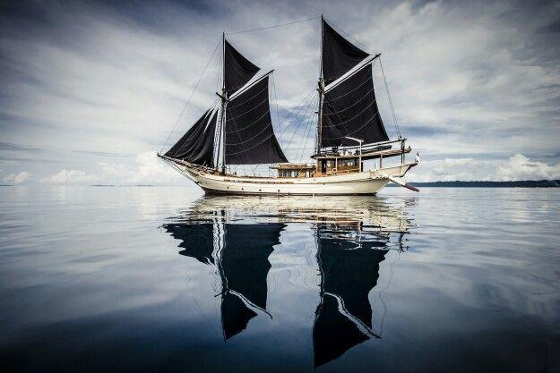 Silolona under full sail.