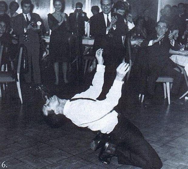 Παρακαλούνται να ανέβουν στην πίστα μόνο όσοι ξέρουν και θέλουν να χορέψουν. Οι υπόλοιποι παλαμάκια.