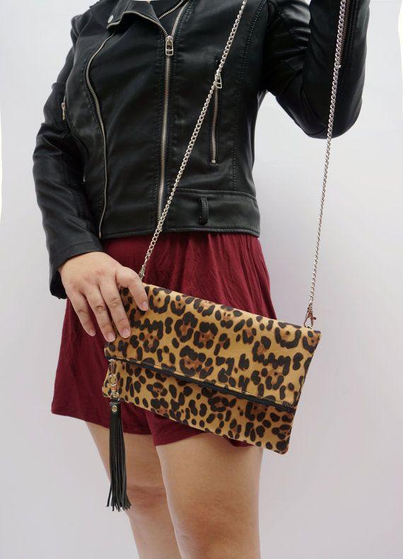 VENTES! PLUS DE 120 $ LIVRAISON GRATUITE FRAIS DE PORT INTERNATIONAL! (s'il vous plaît me contacter et demander gratuitement liste de frais)  Une nouvelle version de l'embrayage de léopard. Point chaud vente dans ma boutique! Venez maintenant une nouvelle version! Plus:- -Mise à niveau matériel de tissu, plus de confort au toucher et look élégant -Tendance -Tailles parfaits -Comme messenger / tenir à la main -avec crochet de pompon (tendance)   Expédition Express pour toutes les co...