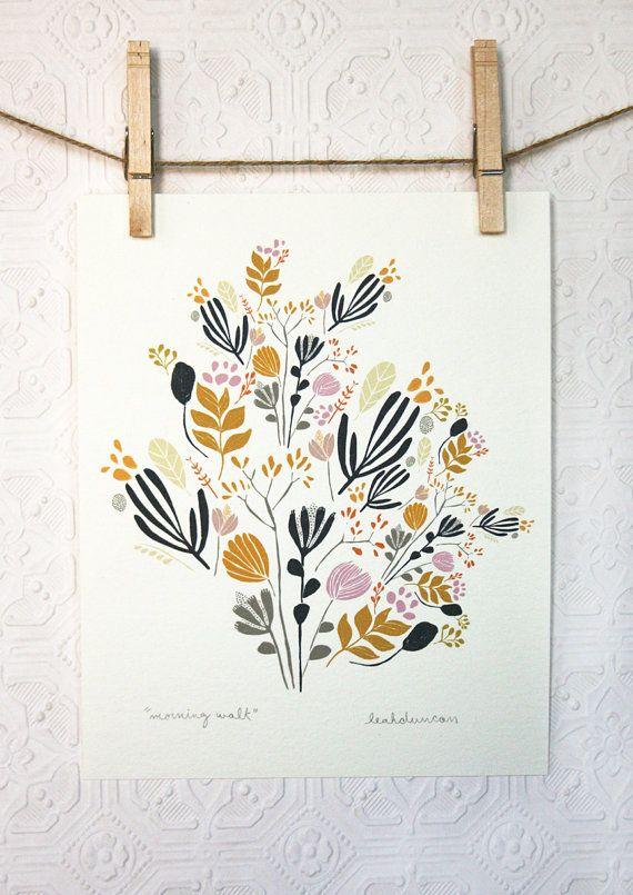 Il sagit dun 8 « x 10 » Archiv de Leah « Morning Walk » dessin en jaune doré indigo, gris, corail, beige, lavande, rose et noir. Il est imprimé avec