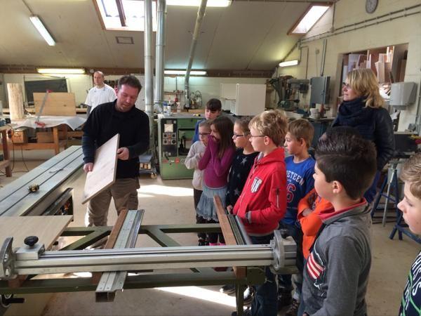 Groep 5-6 van #obs De #Rietgors brengt bezoek aan meubelmakerij #debovensteplank in Vorden