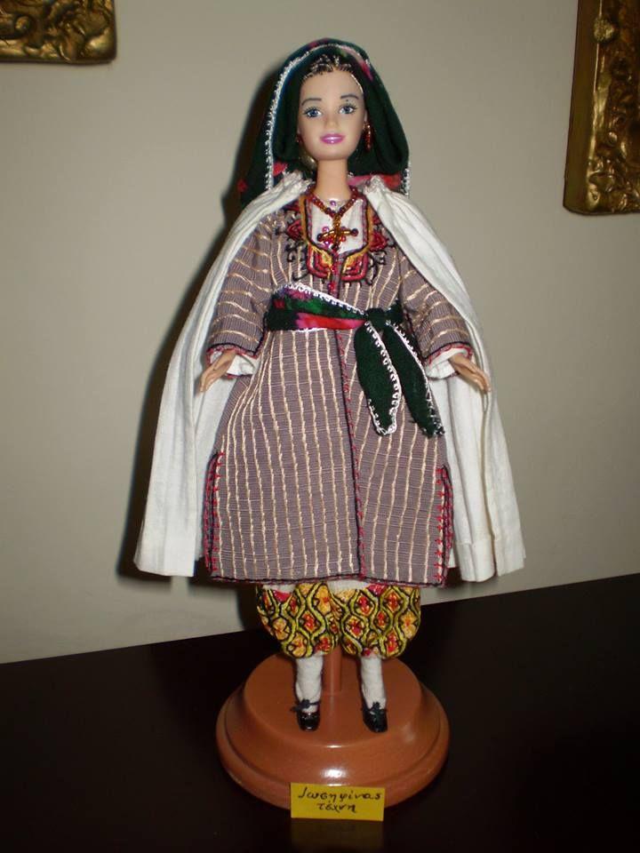 Ενδυμασία Καρπασίας Κύπρου.Η γυναικεία γιορτινή παραδοσιακή φορεσιά της Καρπασίας με σαγιά (είδος φορέματος με μανίκια) είναι απλή και τονίζει την γυναικεία ομορφιά χωρίς να προκαλεί. Την χαρακτηρίζει η βράκα με τα όμορφα κεντήματα στο κάτω μέρος, τα μεταξωτά μαντήλια με τα έντονα χρώματα δεμένα στη μέση και στο κεφάλι και ένα άσπρο πανωφόρι με πιέτες γνωστό ως ντουμπλέττι που φορούσαν την Κυριακή στην εκκλησία. από Ιωσηφίνα Σεχλίδου