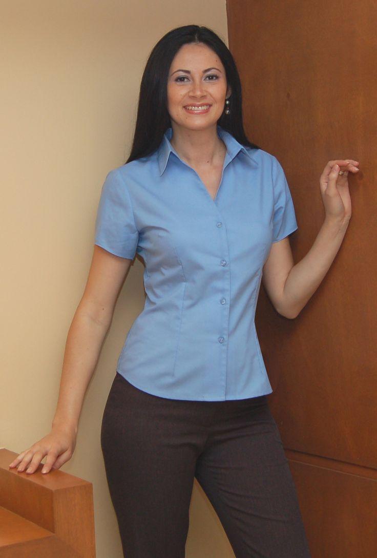 Uniforme corporativo de dos piezas con blusa azul cielo y pantalón azul marino http://www.creacionesred.com.mx/