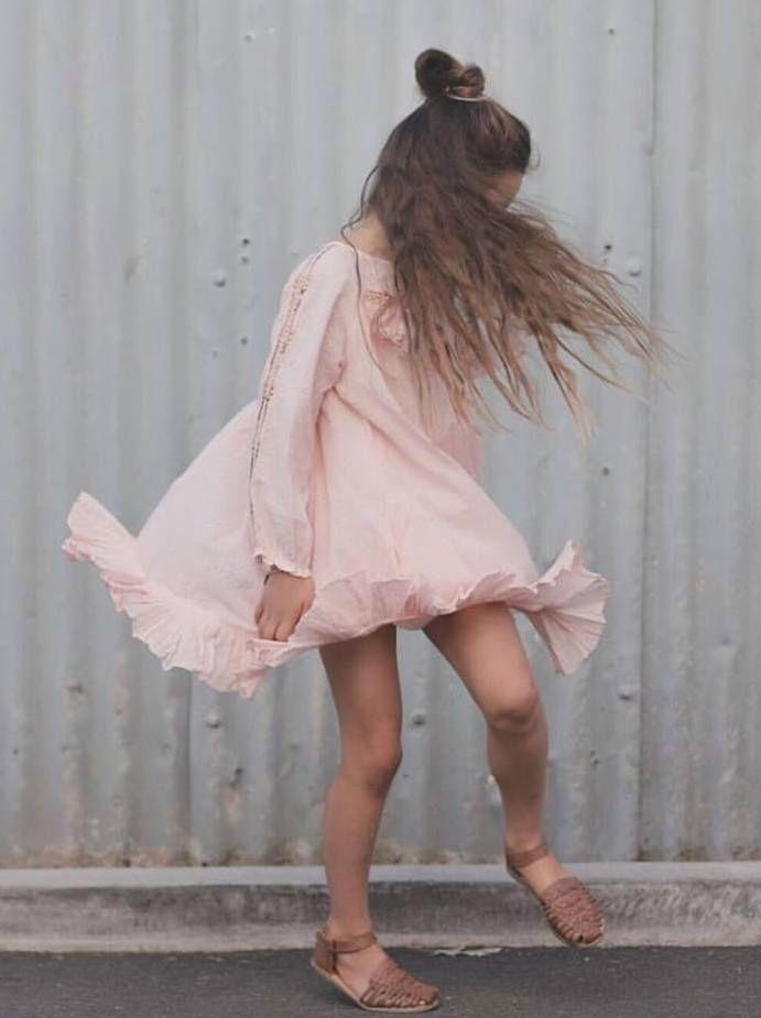 Conoce los vestidos románticos para niña de la marca de moda infantil Velveteen. Tienda online con todo de la nueva colección de verano. Te va a encantar!