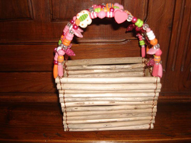 panier pour petite fille en bois flotte et perles