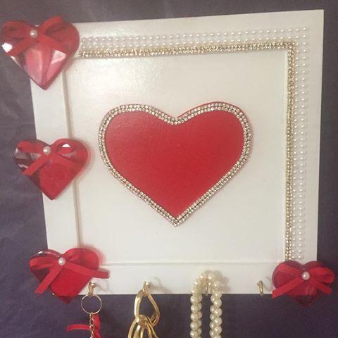 Excelente presente para o dia das mães. Porta colares e porta chaves#love#amor#mae#presente#presentediadasmaes #mariadiva #diadasmaes #decoracaocriativa