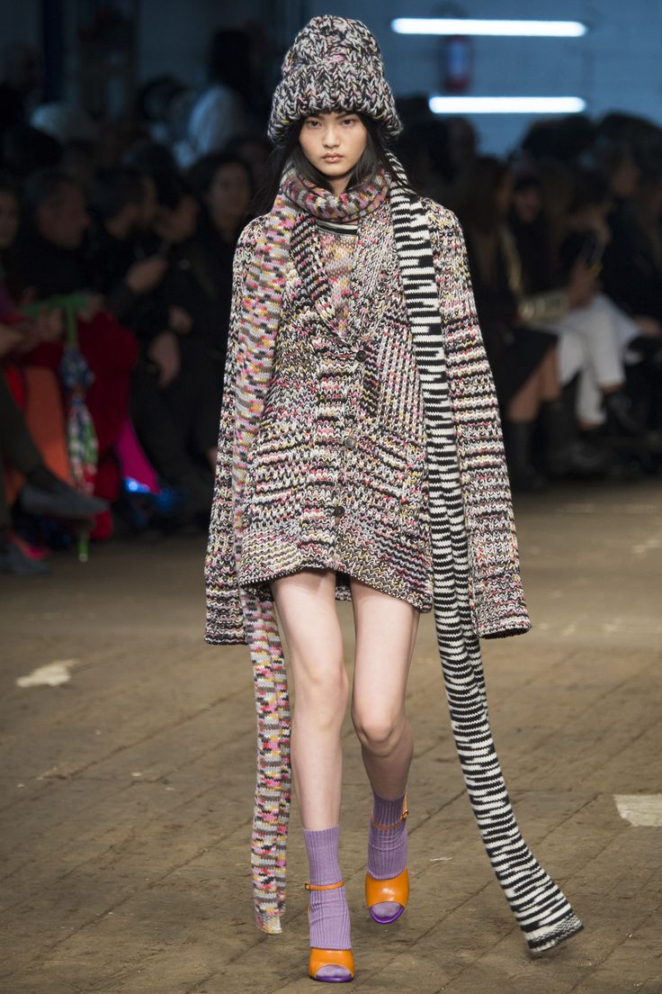 img.imagetwist.com @@@imagesize:1440x956 show @ Missoni Fall 2016 Ready-to-Wear Fashion Show for urban mongolians who are  really mad because their pants were stolen in the middle of Ulanbatoor.