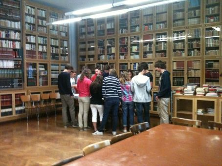 Ragazzi in biblioteca