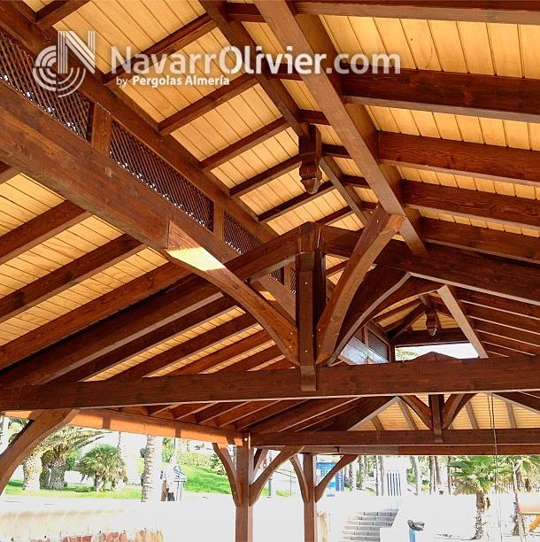 Estructura de madera a cuatro aguas para chiringuito de for Tejados de madera a 4 aguas