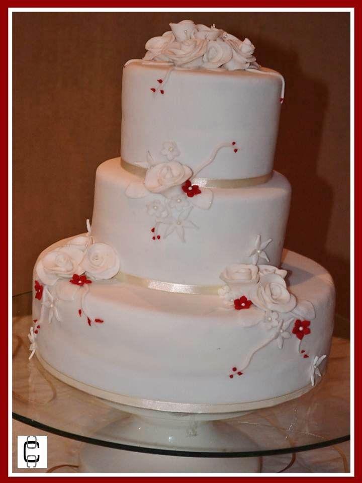 FONDANT TIERED WEDDING CAKE WITH LITTLE RED FLOWERS (pastel de bodas de 3 pisos, color blanco con flores rojas).