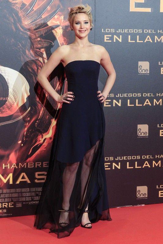 """Jennifer Lawrence w sukni Christian Dior na premierze filmu """"Igrzyska śmierci: w pierścieniu ognia"""" w Madrycie, 13.11.2013, fot. East News"""