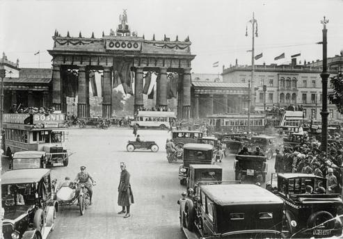 1927 Berlin - Brandenburger Tor mit Festschmuck anläßlich des Geburtstages von Reichspräsident Hindenburg.