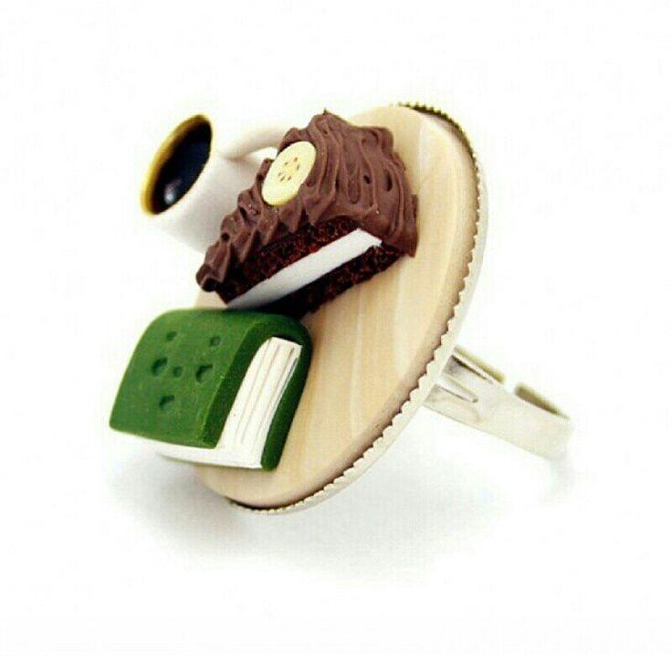 Pasta , kahve ve kitap tutkunlarına verilebilecek en güzel hediye ! Kahve Keyfi Yüzük ! Tıpkı gerçeği gibi ama bu yenmiyor !  Yummy Kupe Design 'nın Kahve Keyfi Yüzük'ü https://www.sorrpa.com/urun/kahve-keyfi-yuzuk/380/tr linkinde.