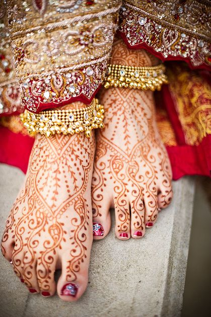 Mehndi/Henna - feet - simple vine -classic  Indian make up wedding Repinned by Moments Photography http://www.MomentPho.com
