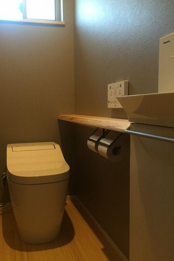 無垢の木 アイアンの黒 素材感を楽しむ家 キノハウスの写真集 トイレ アクセントクロス 家 トイレ