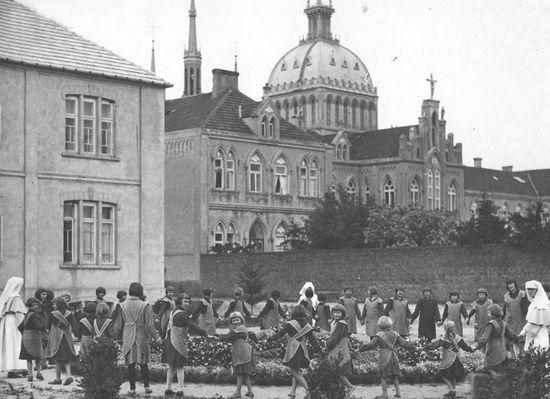 Klasztor Mariawitów w Płocku 1928 r.  Wychowanki ochronki mariawickiej podczas zabawy Kliknij aby obejrzeć w pełnym rozmiarze