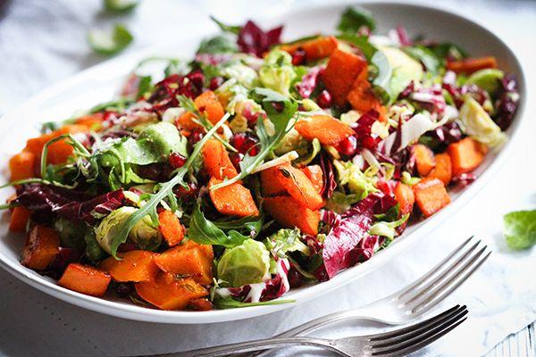 Fein aufgeschnittener Rosenkohl gemischt mit Radicchio, knackigen Granatapfelkernen und einer fruchtigen Orangenvinaigrette ist ein wahrer Hochgenuss.