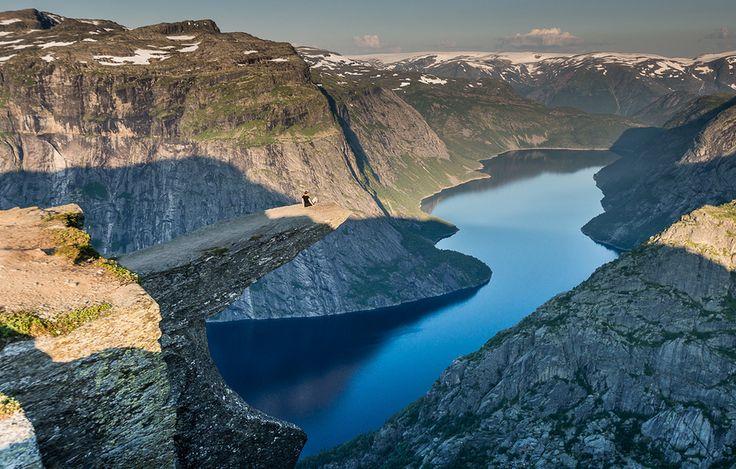 """O mundo está repleto de paisagens surpreendentes,vira e mexe nos deparamos com imagens de paisagens na internet que parecem não ser reais de tão belas. Cada continente reserva belezas diferentes e lugares únicos. Geleiras, ilhas, montanhas, florestas e desertos são apenas alguns dos cenários mais espetaculares no mundo. Confira uma lista com as paisagens naturais...<br /><a class=""""more-link""""…"""