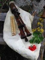 La zampogna - strumento musicale.  Lo zampognaro è il suonatore di zampogna, uno strumento musicale arcaico a fiato diffuso in Italia centro-meridionale.    Comunemente con il termine zampognari si definiscono quei musicisti che con l'arrivo del Natale, suonando gli strumenti più vari dalla cornamusa alla ciaramella, percorrono le vie cittadine.