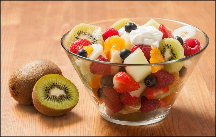 Een lekker frisse fruit salade maken.  Recept 1 meloen 1 bakje aardbeien 2 kiwi's 1 bakje bosbessen 1 pakje frambozen 1 sinaasappel  Snijd het fruit in stukjes , en leg het fruit in een kom.