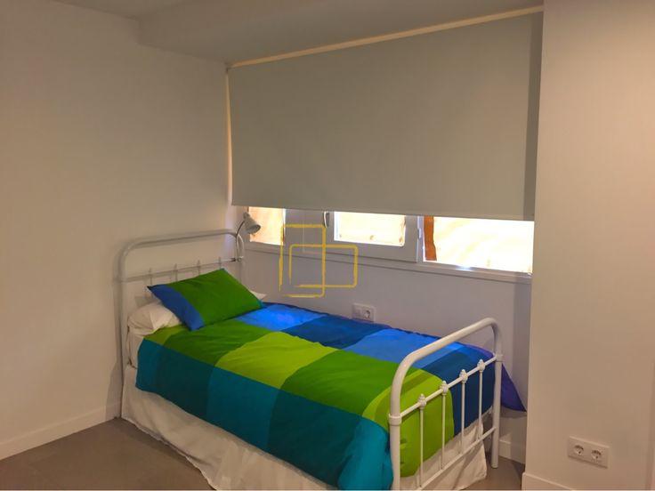 Cortina opaca en habitación #solart #cortinas #opacas #foscurite #estores #enrollables