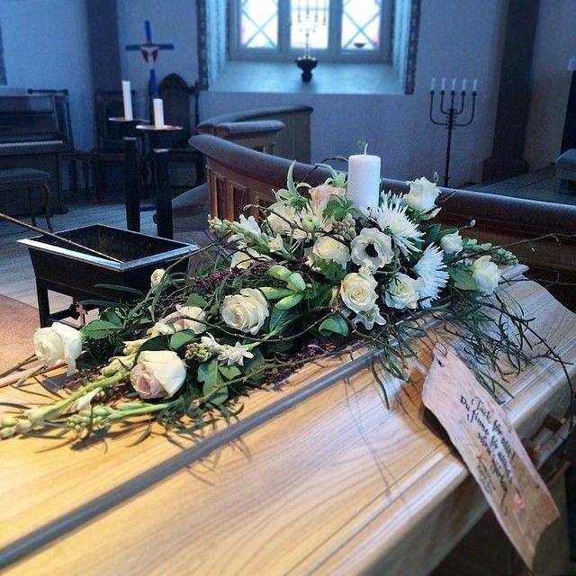 Ett mycket personligt binderi med magnoliakvistar och tibast från den egna trädgården.... Istället för ett kransband använde vi en stor bit näver som också var ett stort intresse.... #minaideer #minaidéer #sorgbinderi #sorg #florist #begravning #funeral #kistdekoration